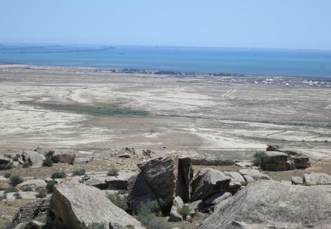 Tikku-ukkoja kivessä ja mutalähteitä – erikoisia nähtävyyksiä Azerbaidzanissa