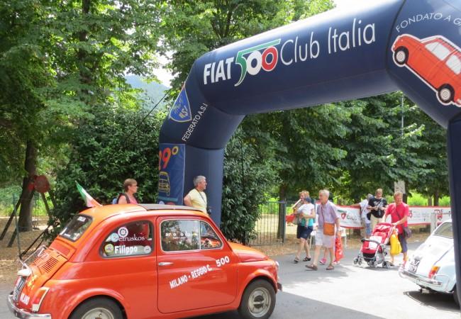 Maailman hyväntuulisin yleisötapahtuma: pikku-Fiatien kokoontumisajot Garlendassa