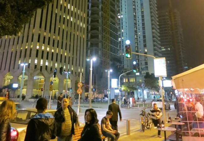 Kuutamokävelyllä Tel Avivissa
