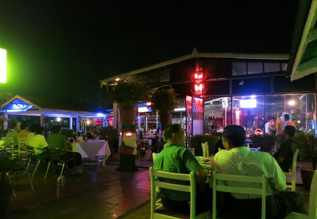 Mr. Guitaria etsimässä – iltamenoja Yangonissa
