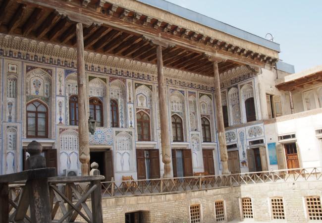 Bukharan kaduilla ja rikkaan kauppiaan käsittämättömän hienossa kodissa
