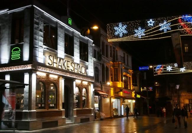 Pieni iltakävely Istanbulin yössä