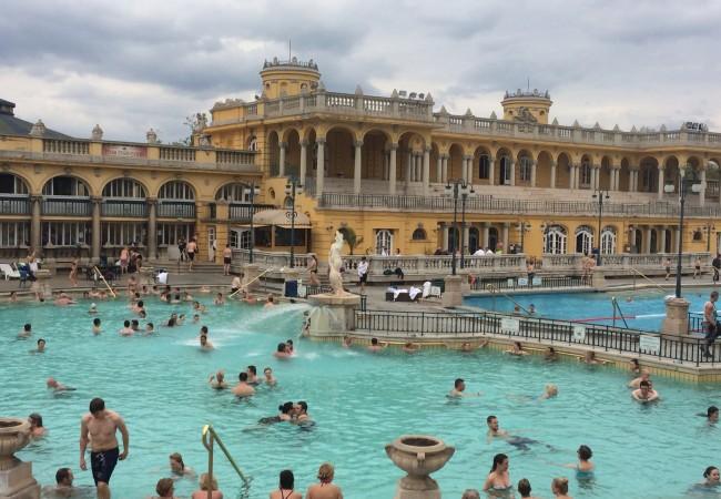 Kylpylää ja kyläjuhlaa Budapestissa
