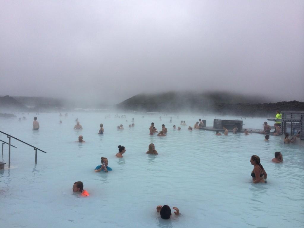 Rentoutumassa Blue Lagoonissa matkalla Grönlantiin