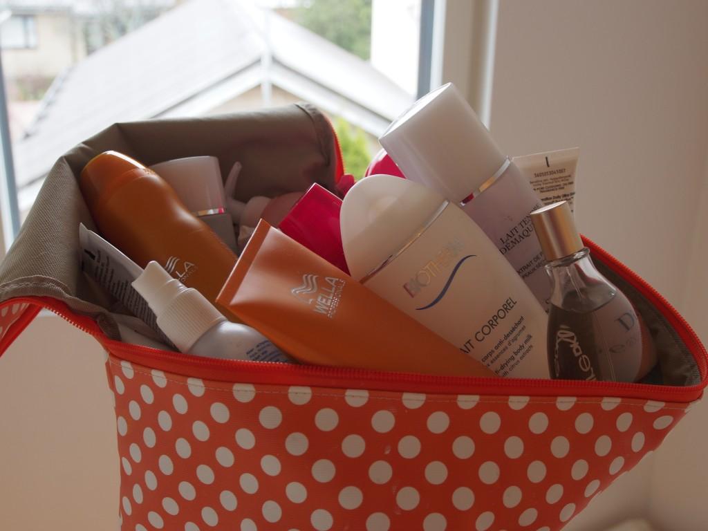 Blogihaaste: Mitä meikkilaukussa matkalla?