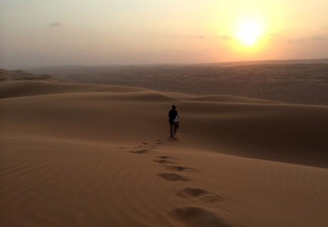 Uusi vuosi aavikolla. Kun aurinko laskee hiekkaan.