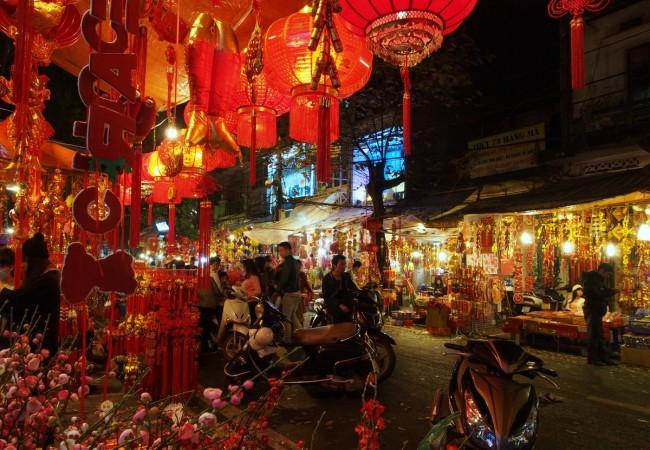 Hanoi by night – värejä, kaaosta ja seesteisyttä