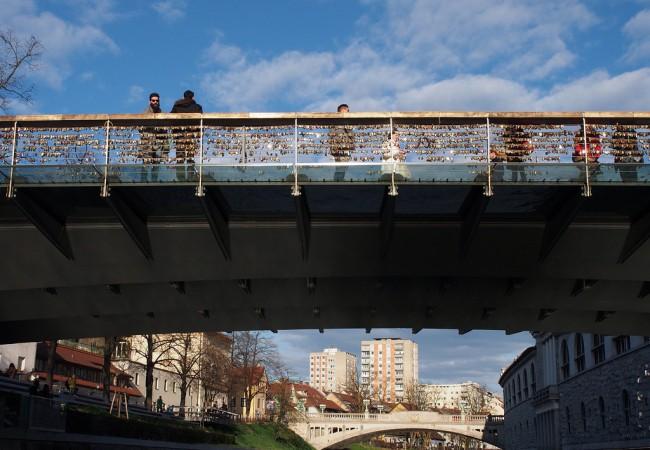 Ljubljanan vanhaa kaupunkia maalta ja joelta