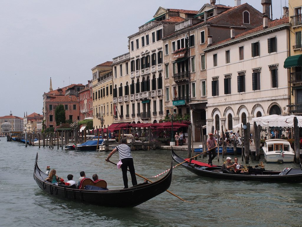 Venetsian kattojen yllä Interhome-kodin terassilla