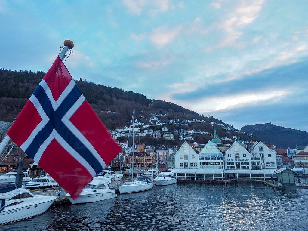 Vuonoristeily Bergenistä valloittaa maisemilla