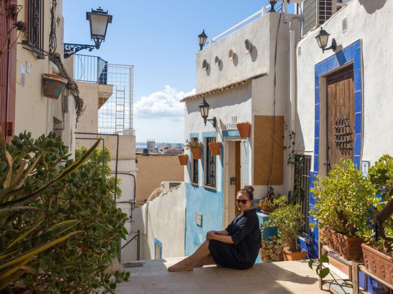 Nainen istuu portailla. Alicante